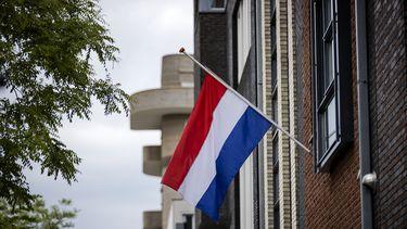 Op politiebureaus door het hele land worden zondag de vlaggen halfstok gehangen.