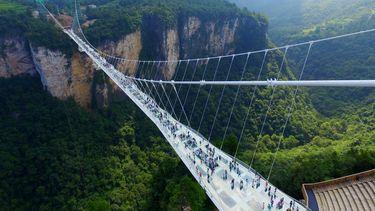 Een toerist in China stond doodsangsten uit nadat een glazen brug waarop hij liep het begaf