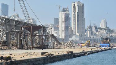Op deze foto is een deel van de verwoeste haven van Beiroet te zien.
