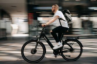 Een foto van een man op een elektrische fiets