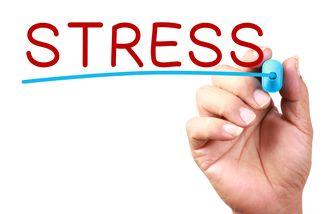 Een foto waarbij iemand het woord stress opschrijft