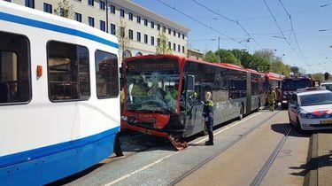 Tram botst met bus in Amsterdam: veertien gewonden