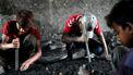 Een foto van kinderen uit Bangladesh die moeten werken onder zware omstandigheden