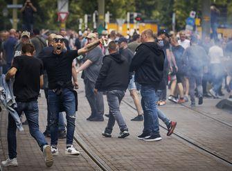 Een foto van rellende demonstranten in Den Haag