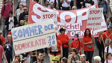 Op deze foto zijn betogers tegen de coronamaatregelen in Berlijn te zien, ze hebben spandoeken bij zich.