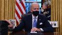 Een foto van Joe Biden achter zijn bureau als opvolger van Trump