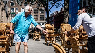 Een Amsterdamse kroegbaas maakt zijn terras klaar voor de horeca-heropening