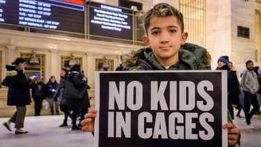 Een jongen demonstreert tegen de taferelen die zich in 2017 en 2018 afspeelden aan de grens tussen Mexico en Amerika