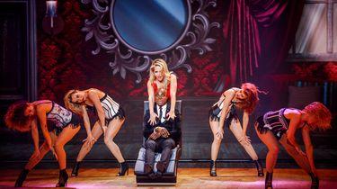 Chantal Janzen doet sexy dans voor Jandino