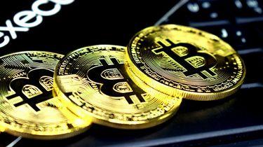 Een foto van drie bitcoins