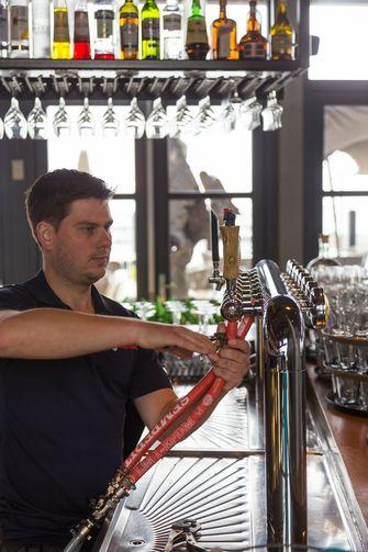 Tapwachter reinigt bierleidingen