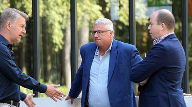 Ronald Lubbers (voetbalbestuurder), Jan Zwiers (algemeen directeur FC Emmen) en Frank Maatje (manager financiele zaken FC Emmen) tijdens een onderbreking van het gesprek met vertegenwoordigers van voetbalbond KNVB over de veelbesproken sponsordeal die eredivisieclub FC Emmen heeft gesloten met de online seksshop EasyToys.