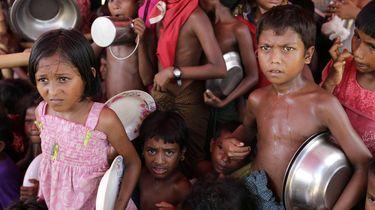 Gevluchte Rohingya-kinderen hopen op eten in Cox's Bazar in Bangladesh. / EPA