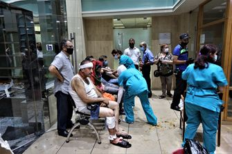 Op deze foto zie je diverse patiënten die behandeld worden in de gang van een overvol ziekenhuis, als gevolg van de explosie