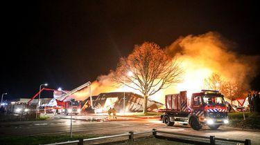 Woningen ontruimd bij grote brand in Oosterwolde, Friesland.