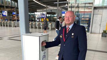 Op de foto NS-conducteur Xander Philips die blij is dat hij alle reizigers weer welkom mag heten in de trein.