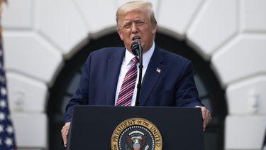 Een foto waarop president Donald Trump te zien is tijdens een toespraak.