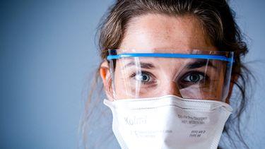 Een foto van een medewerker op een ziekenhuisafdelingen waar mensen met coronabesmettingen liggen