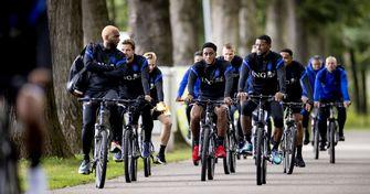 Een foto van de Oranjespelers op de fiets