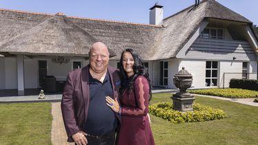Een foto van Peter en Nicol voor hun nieuwe huis in Massa is Kassa