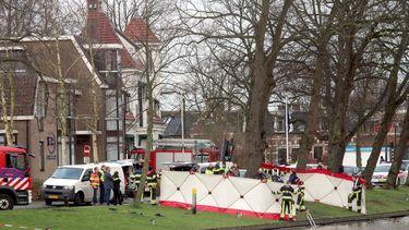 Hulpdiensten aan het werk op de plek waar in het water van de Noordersingel in Leeuwarden het stoffelijk overschot van Remon Bruinsma is gevonden. Foto: ANP
