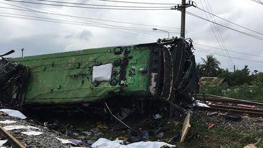 Een foto van de van het spoor geraakte trein bij het ongeluk in Thailand