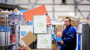 Een foto van een bedrijf dat pakketjes bezorgt, een medewerker heeft een kar vol