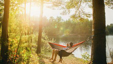 man en vrouw hebben vrije tijd door 4-daagse werkweek