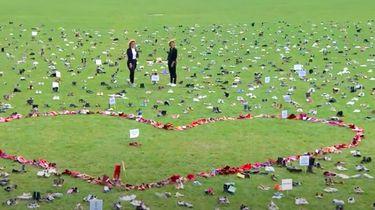 Malieveld vol met schoenen van zorgpersoneel: 'Stank voor dank'