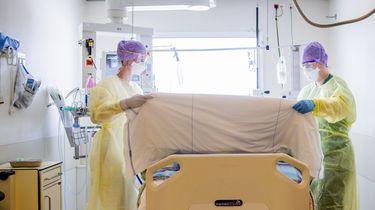Een foto van twee zorgmedewerkers op een intensive care in Den Haag