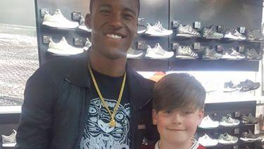 Wijnaldum koopt voetbalschoenen voor jonge superfan