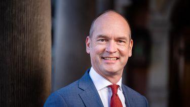 Een foto van Gert-Jan Segers die op weg is naar de verkiezingen