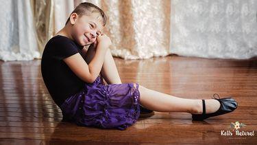 Moeder fotografeert 5-jarige zoon in jurkjes
