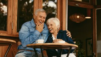 Een foto van een seniorenstel aan het daten