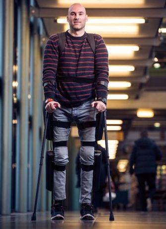 Ruben de Sain met zijn eigen exoskelet, ReWalk. Foto: Sint Maartenskliniek / Bart van Dieken
