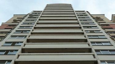 Kindje (4) bungelt aan balkon, man klimt ernaartoe