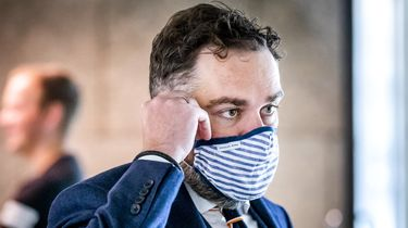 Een foto van VVD'er Klaas Dijkhoff die met mondkapje naar de Tweede Kamer kwam