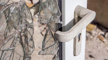 Op deze foto zie je sporen van inbraak op een deur