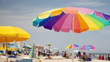 Op deze foto zie je een druk strand