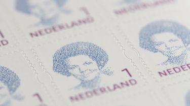 Op deze foto zie je postzegels met Beatrix erop.