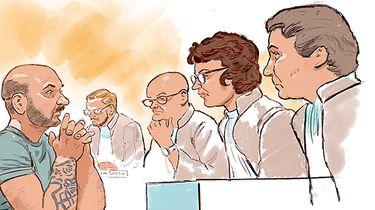 Op deze foto zie je rechtbanktekening van bestuurder Danny S., in de rechtbank Maastricht tijdens de zaak over de fatale aanrijding na afloop van Pinkpop in 2018. Door het ongeluk op een weg voor een camping in Landgraaf viel een dode en raakten drie mensen zwaargewond.