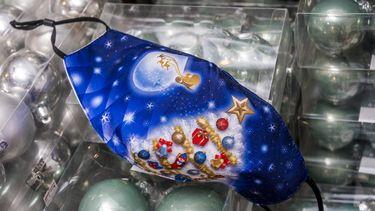 Een foto van een mondkapje in kerstsfeer