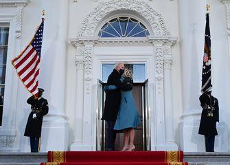 Een foto van Joe Biden die met zijn vrouw als opvolger van Trump het Witte Huis betreedt