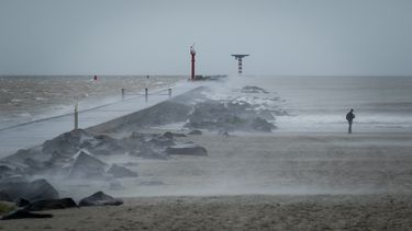 Een storm aan de kust.