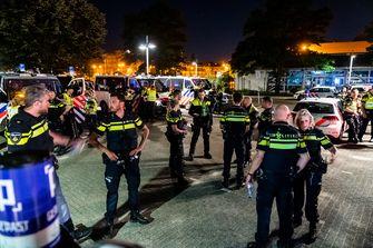Op deze foto zie je de politie in Helmond nadat een groep van tussen de 100 en 150 jongeren zich heeft misdragen op straat.