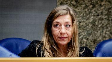 Moeder van Anne Faber loopt zaal uit tijdens debat