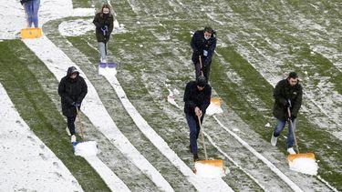 Een foto van de winter met sneeuw bij de voetbalwedstrijd Utrecht tegen Heracles
