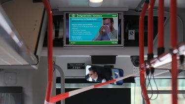 Op deze foto zie je een buschauffeur zonder mondkapje