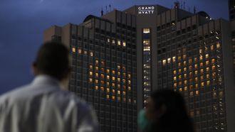Parachutisten springen van dakterras hotel: 'Massale paniek'