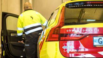 Op deze foto zie je een medewerker van het Erasmus MC die vertrekt voor het transport van een orgaan.